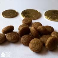 Как выглядит гранулы сухого корма Royal Canin Sterilised в сравнении с монетами в 10-50 копеек